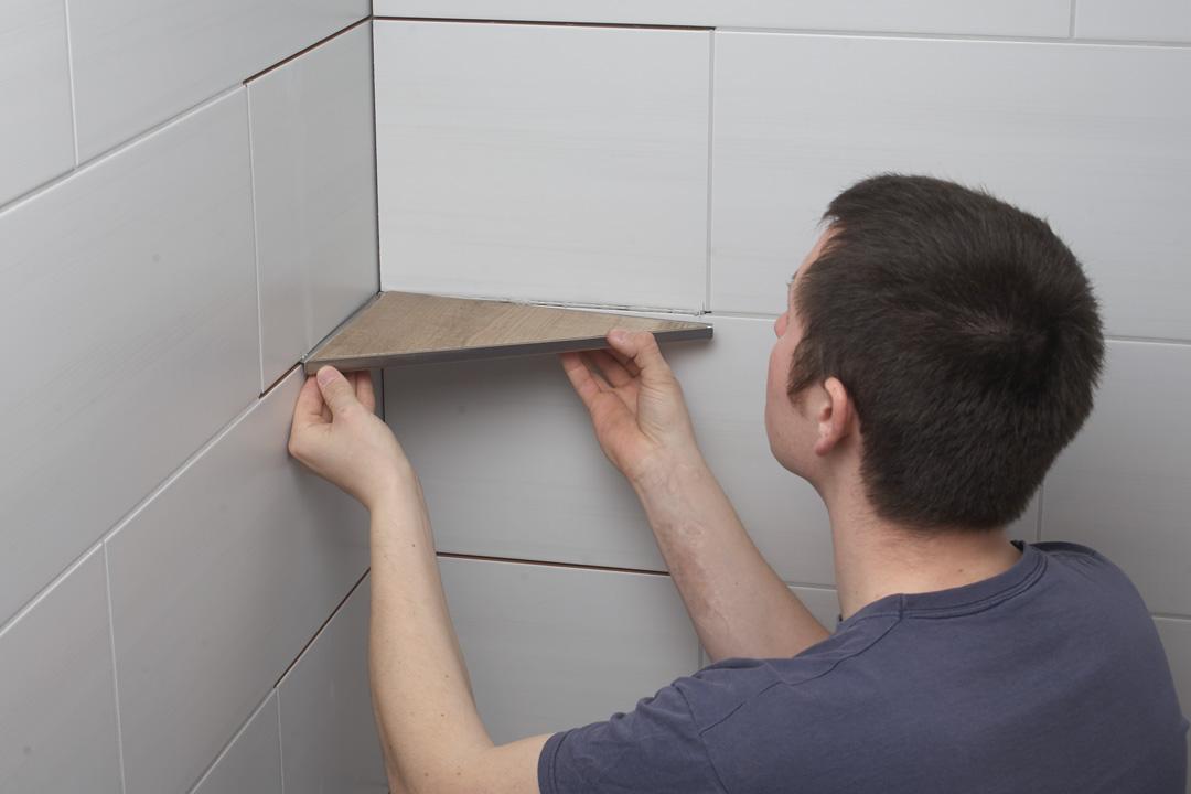 unmittelbar vor dem einsetzen wird die schutzfolie entfernt anschlieend wird die duschablage in die fuge eingesetzt und ausgerichtet - Duschablage Ecke